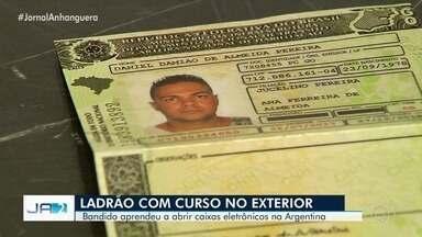Homem é preso suspeito de arrombar caixas eletrônicos após fazer curso internacional - Segundo a Polícia Civil de Goiás, ele é um dos maiores ladrões de banco da Bahia e usava documentos falsos de uma pessoa que morreu há 25 anos para fugir.