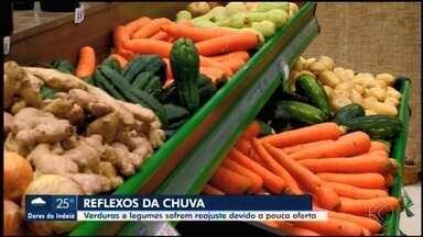 Chuva compromete produção de legumes e verduras em Araxá - O grande volume das águas tem feito verduras e legumes chegarem com menos qualidade e mais caras aos hortifrútis.