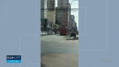 Vídeo flagra pessoas em cima de um ônibus - Um dos rapazes levanta e dança em cima do biarticulado.