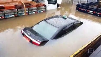 Chuva histórica: moradores avaliam danos materiais em SP - Passado o temporal, é hora de avaliar os danos materiais, como os carros que ficaram inundados ou foram levados pela enchente. Teve até importado de mais de R$ 1 milhão embaixo d'água.