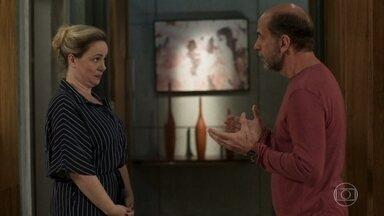 Regina reprova a ideia de Max de vender o apartamento - Max quer vender o único imóvel da família para investir em culinária
