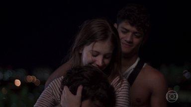 Anjinha se emociona com atitude de Rafinha - Rafinha, Cléber e Anjinha veem uma estrela cadente e o menino revela que seu pedido é para que Marco saia da cadeia