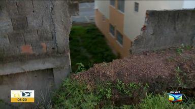 Muro cai em condomínio e incomoda moradores em São Luís - Muro do condomínio Piancó, que faz parte do programa Minha Casa Minha Vida, caiu e tem prejudicado os moradores da região.