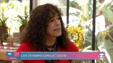 Luiz Caldas diz que se sente mais à vontade descalço - Cantor também explica seu visual andrógeno, que virou sua marca registrada, e fala sobre seu processo de composição musical