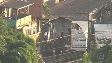 Criminosos descarregam alimentos roubados em Belford Roxo, na Baixada Fluminense - A polícia chegou em 20 minutos e recuperou parte da carga.