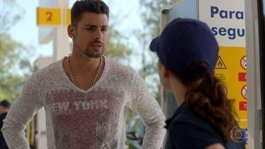 Jorginho procura por Nina - Jorginho pergunta a Betânia o que Nina tem contra Carminha