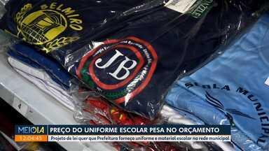 Preço do uniforme pesa no orçamento das famílias - Projeto de lei quer que Prefeitura de Curitiba banque o uniforme e o material escolar da rede pública municipal.