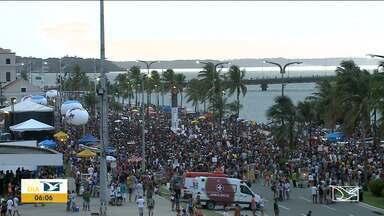 Foliões se divertem em prévias de carnaval em São Luís - Principal concentração de brincantes foi na Avenida Beira-Mar situada na região central da capital.