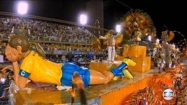 Carro abre-alas da Inocentes ilustra o carinho de Marta por sua cidade natal - Moradores de Dois Riachos, em Alagoas, fizeram uma vaquinha para custear a ida de Marta ao Rio de Janeiro no início de sua carreira como atleta.