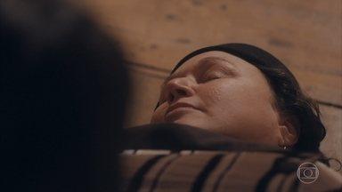 Genu passa mal ao saber da morte de Tião - Ela desmaia e é amparada por Maria e Lola
