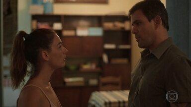 Magno procura Betina e diz que mandou Leila embora de casa - Magno conta que Leila fez a denúncia contra ele para separá-los, mas que o plano não deu certo