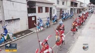 Cavalhada reúne centenas de pessoas em Santana do Jacaré, MG - São 114 anos de tradição