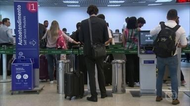 Aumento de casos da Covid-19 leva passageiros a adiar ou cancelar viagens internacionais - O aumento dos casos da Covid-19 tem levado passageiros a adiar ou cancelar viagens internacionais. Algumas companhias estão abrindo mão das taxas de remarcação.
