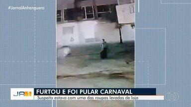 Homem é visto furtando jaqueta e usando-a em seguida, em Itaberaí - Vídeo mostra autor saindo com mais de 60 peças tiradas de loja.