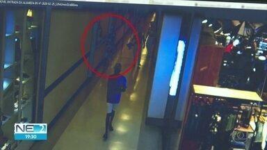 Imagens mostram o que aconteceu com adolescente que morreu após desmaiar em shoppping - Vídeo mostra que ele se encostou em uma parede do corredor e caiu sozinho