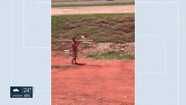 Placas são furtadas no Paranoá Parque - Segundo morador que fez as imagens, esse é o terceiro caso recente que ele flagra da janela do apartamento. Em vídeo, homem sai, tranquilamente, carregando os ferros que sustentavam a sinalização.