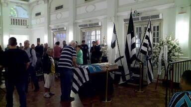 Corpo do ex-técnico Valdir Espinosa é velado na sede do Botafogo - O velório começou às 17h desta quinta-feira (27) na sede do Botafogo. Ex-jogadores como Maurício e Mauro Galvão lamentaram a morte de Valdir Espinosa.