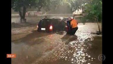 Belo Horizonte volta a sofrer com chuvas fortes - Nesta quinta (27), a capital mineira voltou a ter problemas causados pela chuva forte. O temporal causou vários estragos pela cidade. O córrego do Onça transbordou próximo à estação São Gabriel.
