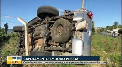 Caminhonete capota quando passava por teste para avaliar travamento nas rodas - Quem dirigia o veículo era o filho do mecânico responsável.