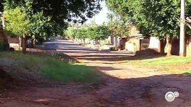 Moradores de bairro em Andradina reclamam de ruas de terra - Moradores do bairro Vila Mineira, em Andradina (SP), mandaram mensagens para o nosso WhatsApp reclamando da situação de algumas ruas. Elas são de terra e por causa da chuva dos últimos dias está difícil passar por lá.