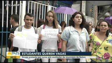 Estudantes protestam por vagas em curso pré-vestibular em Belém - Estudantes protestam por vagas em curso pré-vestibular em Belém