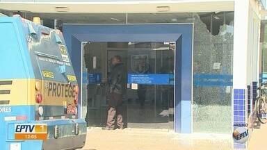 Vídeo mostra correria de clientes dentro de agência da Caixa assaltada em Guariba, SP - Homens armados atiraram contra vidros do banco e fugiram de carro na tarde de quinta-feira (27).