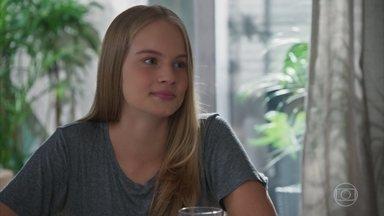 Bia revela a Agnes que seu marcapasso é um empecilho para ela se relacionar com alguém - undefined