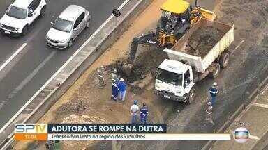 Adutora rompe na Via Dutra, altura de Guarulhos - Acidente atrapalhou o trânsito na altura do km 221, em Guarulhos.