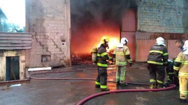 Galpão de material reciclável pega fogo em Contagem - O incêndio aconteceu no bairro Nova Vista. Ninguém se feriu.