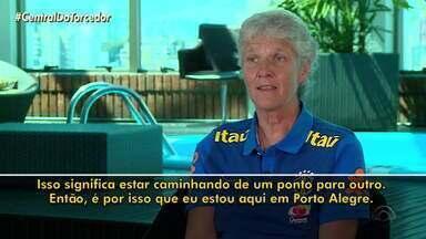 Técnica da seleção feminina de futebol visita treinos de Grêmio e Inter - Assista ao vídeo.