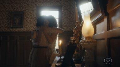 Isabel anuncia a Lola que a guerra acabou - Elas comemoram o ponto final na preocupação com Alfredo