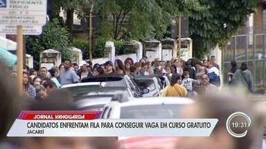 Candidatos enfrentam longas filas em busca de vaga para cursos em Jacareí - Cursos gratuitos são oferecidos pela prefeitura. Inscrições foram feitas neste sábado (29).