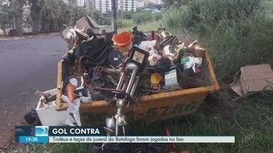Troféus e taças do juvenil do Botafogo-SP são jogados no lixo em Ribeirão Preto - Responsável pela escola de futebol disse que os troféus estavam enferrujados e quebrados.