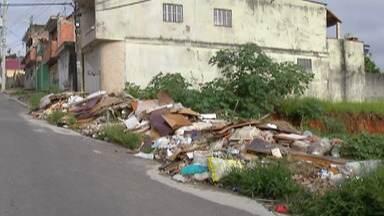 Moradores da Vila Santa Margarida, em Ferraz, reclamam de terrenos com lixo - Segundo moradores, local também está cheio de entulho e tem atraído pragas.