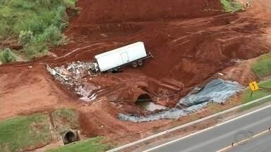 Caminhão invade trecho interditado e cai em cratera que se abriu após chuva em Botucatu - Este é o 3º acidente registrado no trecho. Motorista foi socorrido em estado grave e, horas depois, outro caminhão derrubou a sinalização e quase atingiu funcionários da concessionária.