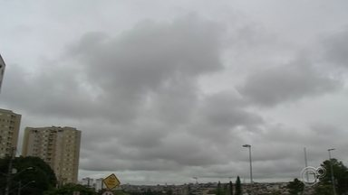Chove mais que o dobro do esperado no mês de fevereiro em Sorocaba - Segundo a Defesa Civil de Sorocaba, em cerca de 15 dias choveu cerca de 514,5 mm na cidade, em oito pontos monitorados. Desde 2011 o município não registrava esta quantidade de chuva num mês de fevereiro.