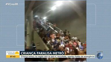 Criança aperta botão de emergência e causa problemas no metrô de Salvador - Situação aconteceu depois que a criança se perdeu dos pais e embarcou sozinha em um dos trens.