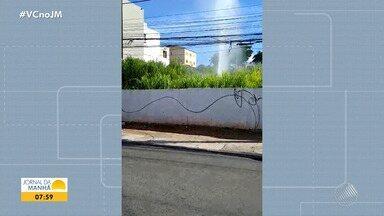 Telespectador flagra vazamento de água no bairro da Boca do Rio - Forte jato de água está sendo lançado pela tubulação danificada.