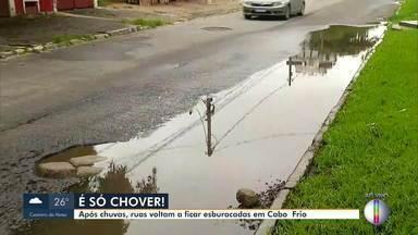 Novos buracos aparecem nas ruas após chuva em Cabo Frio, no RJ (Parte 1) - O repórter Paulo Henrique Cardoso traz mais informações.