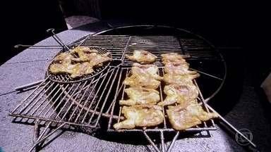 Restaurante usa calor que vem do solo para churrasqueira nas Ilhas Canárias - Linguiças e frango são assados com o calor residual dos vulcões existentes nas ilhas, que pode chegar até a 400°C alguns metros abaixo do solo. Fenômeno é chamado de anomalia geotérmica.