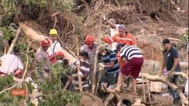 Solidariedade marca resgate das vítimas de deslizamentos na Baixada Santista, SP - O esforço para resgatar as vítimas não parou. Voluntários ajudaram as equipes nas buscas.