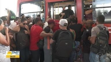Passageiros denunciam problemas nos ônibus, filas e terminais - Empurra-empurra, falta de organização e máquinas de recarga quebradas são algumas das queixas de quem depende do transporte público.
