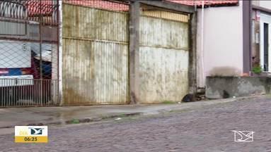 Assaltante morre e pai e filho são baleados durante assalto em Caxias - Proprietários do comércio assaltado, pai e filho, reagiram, matando um dos assaltantes.