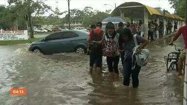 Maré alta e chuva forte causam transtornos, em Belém - Em Belém, a mistura de maré alta com chuva forte trouxe muito transtorno para a população. Em vários bairros, as ruas ficaram alagadas.