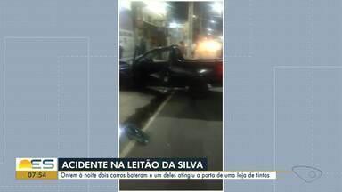 Carros batem e um deles atinge porta de loja na avenida Leitão da Silva, em Vitória - Acidente aconteceu na noite dessa quarta-feira (11).