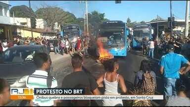 Ônibus do BRT quebra e passageiros fazem protesto em Santa Cruz - O ônibus quebrou e os passageiros bloquearam a pista em protesto, em Santa Cruz.