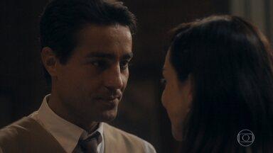 Almeida se anima com casamento com Clotilde - O rapaz acha interessante a ideia de se casar com a ajuda de uma procuração