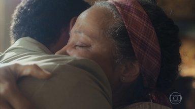 Durvalina se emociona ao reencontrar seu filho - Marcelo finalmente encontra sua mãe e fica muito feliz