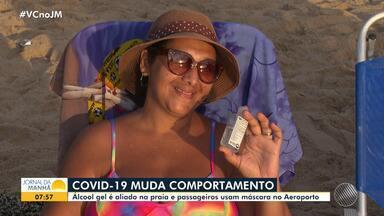 Casos de coronavírus mudam os hábitos de baianos e turistas em Salvador - O aeroporto está menos movimentado e mesmo na praia muita gente está usando álcool em gel para limpar as mãos.