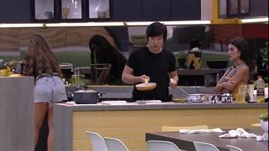 Manu fala a Pyong: 'Te admiro, viu? Cada dia mais' - Na cozinha da Xepa, Manu faz uma declaração para Pyong